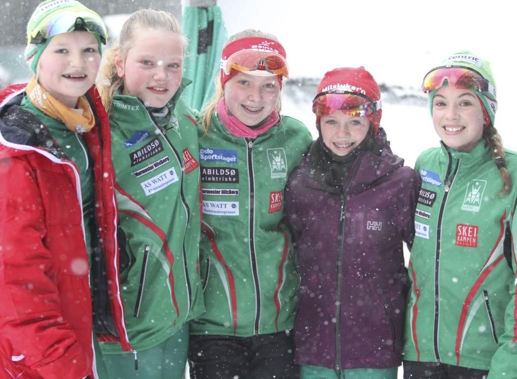 FIN INNSATS: Dina Kolderup Lund (venstre), Hannah Elisabeth Grude, Frida Sofie Tendal, Line Eikenes Hvamstad og Elise Viste fra Rustad kjempet seg gjennom 3 km klassisk i Holmenkollen.