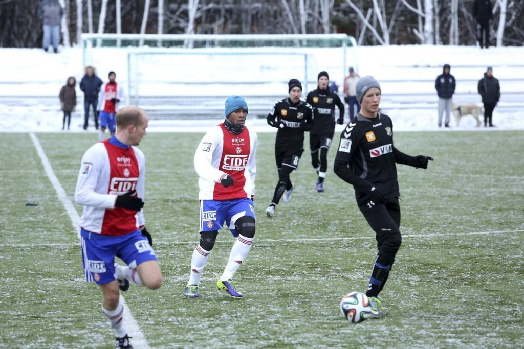 Forsterkning: Dennis Obeng (25, i midten) kom fra divisjonskollega Lørenskog i vinter. Spissen gjorde seg tidligere i karrieren bemerket på Vålerengas andrelag. Alle foto: Alice Johansen
