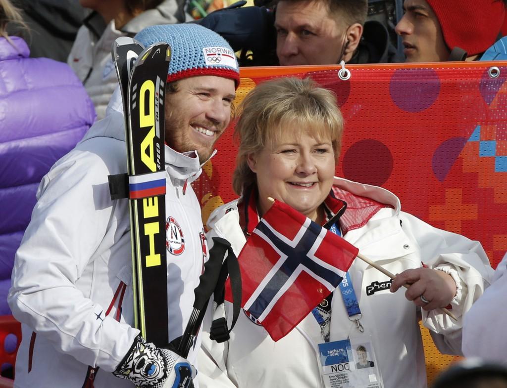 KUNNE JUBLE: Kjetil Jansrud kunne juble for OL-gull og ble gratulert av statsminister Erna Solberg i målområdet.