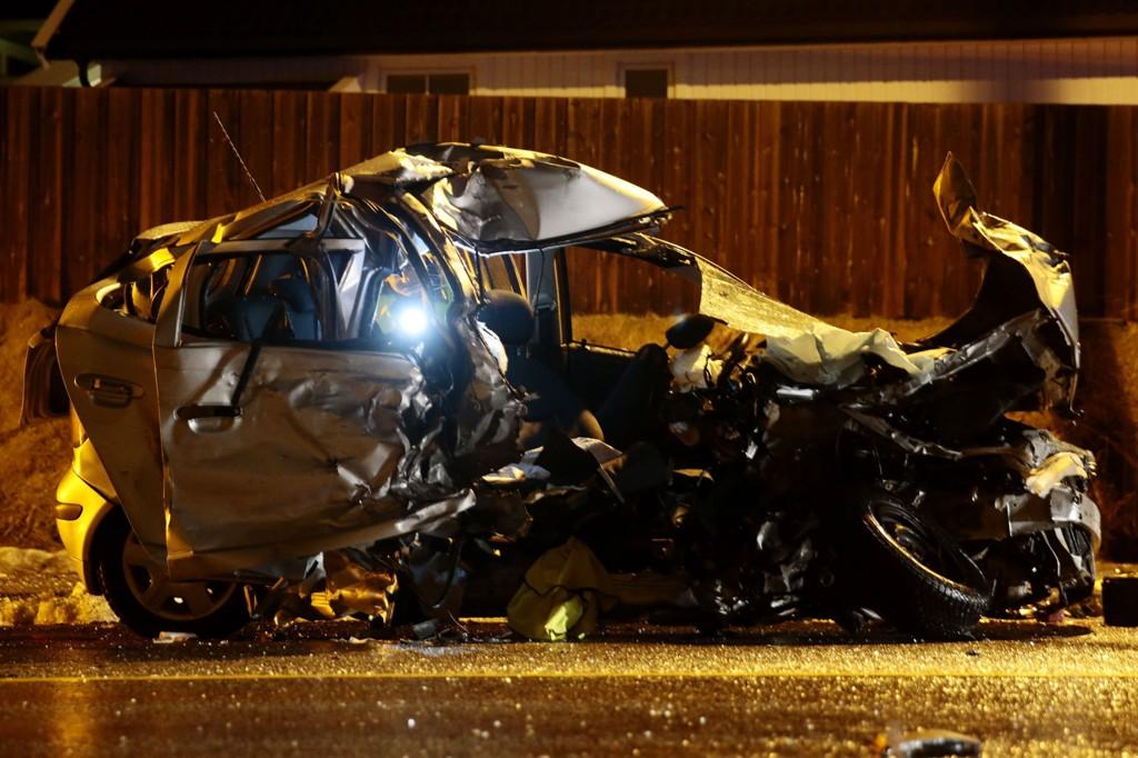 To personer omkom og tre ble skadet i en frontkollisjon mellom to biler på fylkesvei 18 i Lier i Buskerud sent lørdag kveld.