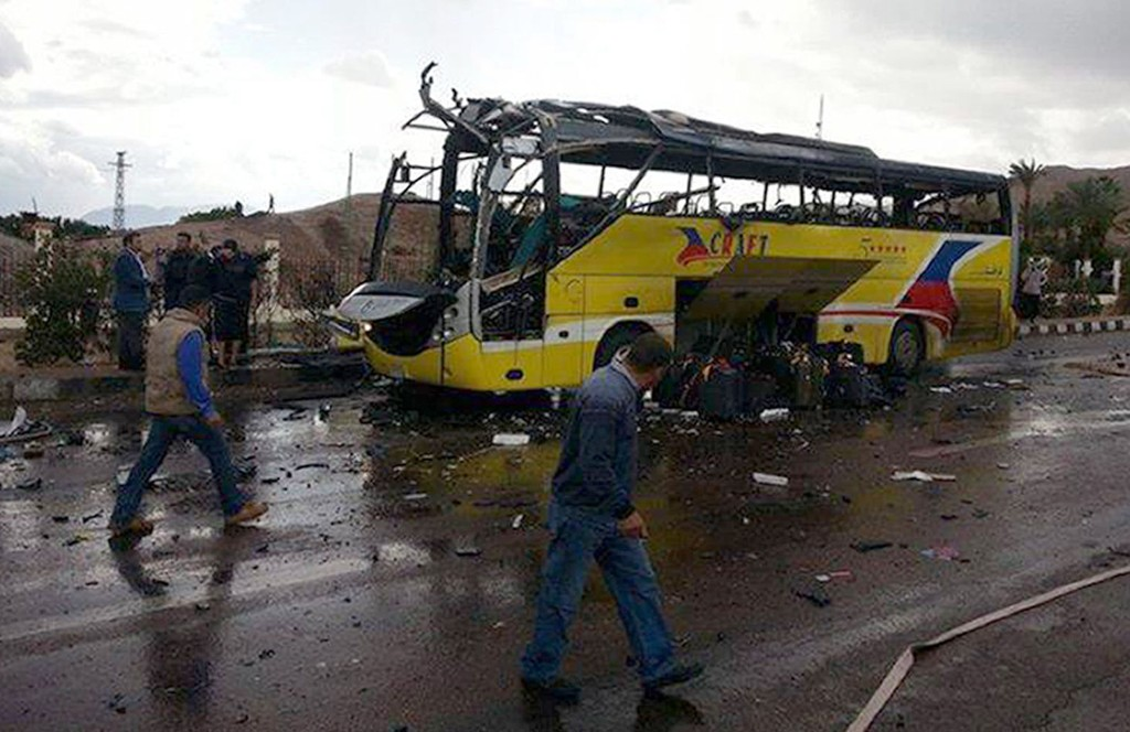 Tre turister ble drept i et bombeangrep mot en turistbuss på Sinai-halvøya i Egypt søndag ettermiddag. Minst 14 personer ble såret.