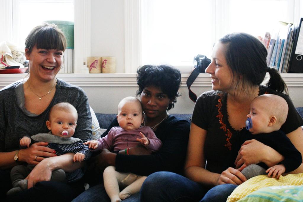 STOLTE FILMSKAPERE: Her er hovedpersonen på besøk i Oslo hos regissørene som begge er nybakte mammaer. Fra venstre: Beathe Hofseth med Vetle, Thulasi Ekanandam med Ella og Susann Østigaard med Martin.