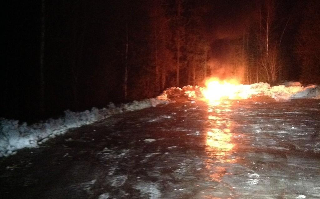 I MARIDALEN: Bilen som sto i brann natt til tirsdag ble helt utbrent.