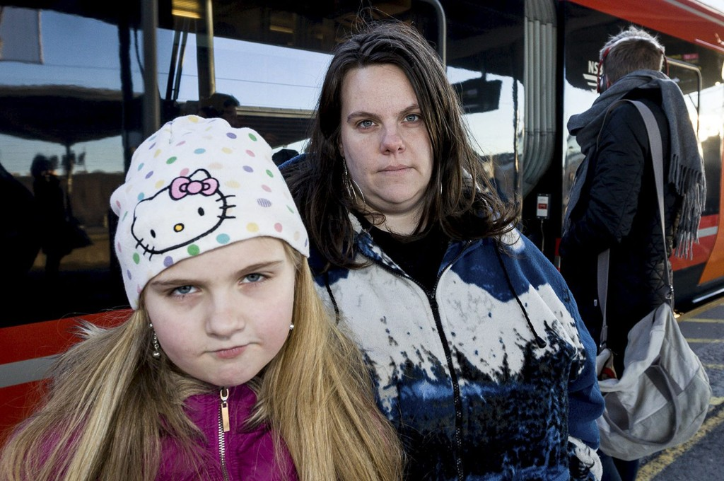 FORTVILET: Frida Cecilia Holmen (10) og moren, Anette Holmen, er rystet over behandlingen Frida fikk av NSBs konduktør.