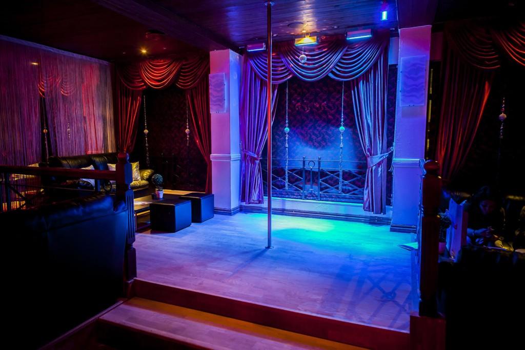 Her, inne på strippeklubben Money Talks, svidde kunden av 21.400 kroner på to timer.