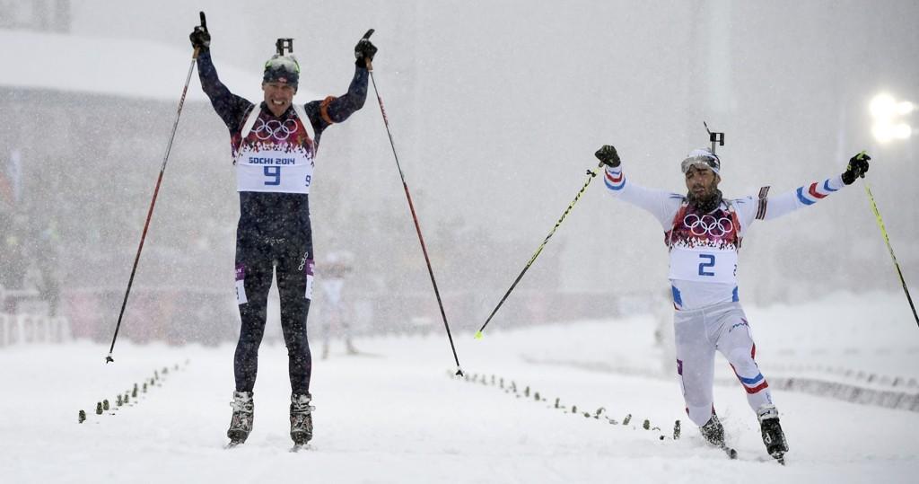 DRAMATISK: Emil Hegle Svendsen fikk hele Norge til å hoppe over et hjerteslag da Martin Fourcade nærmet seg på slutten.