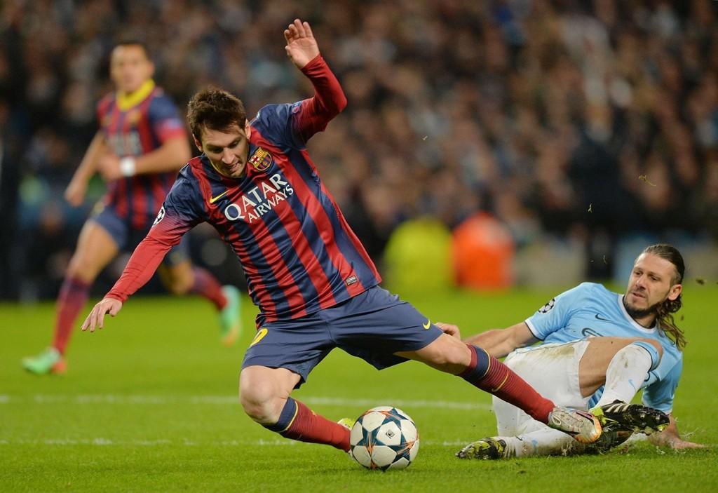 UTENFOR: Martin Demichelis' takling på Lionel Messi skjedde på utsiden av straffefeltet, men den svenske dommeren pekte likevel på 11-metersmerket.