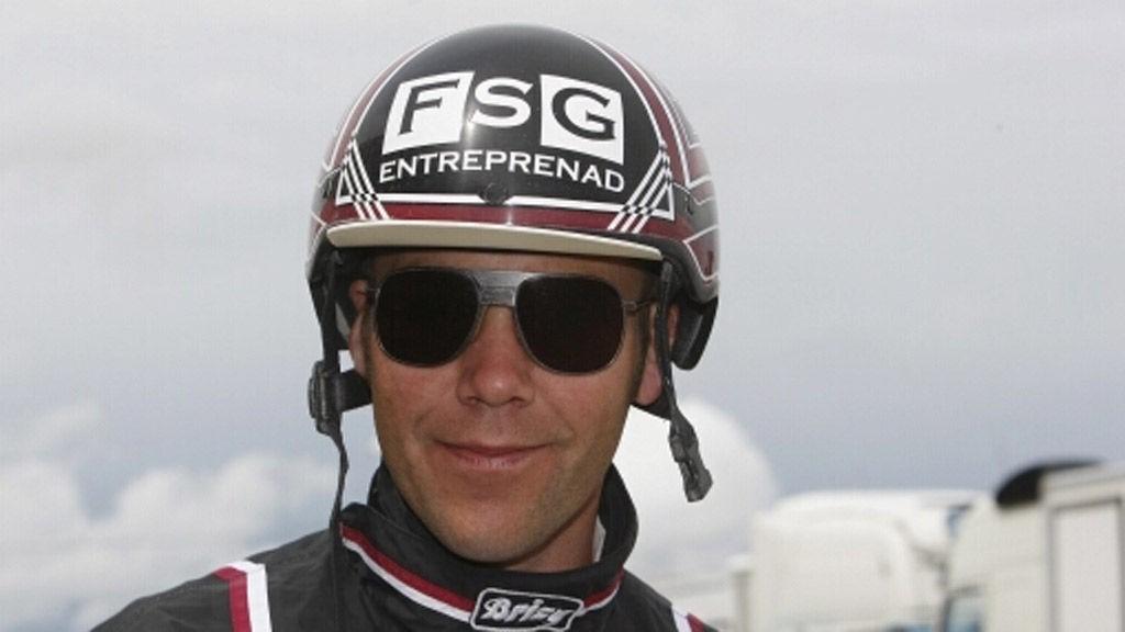 Stefan Persson setter seg opp bak en god hest i V64-1 på Åby i kveld.
