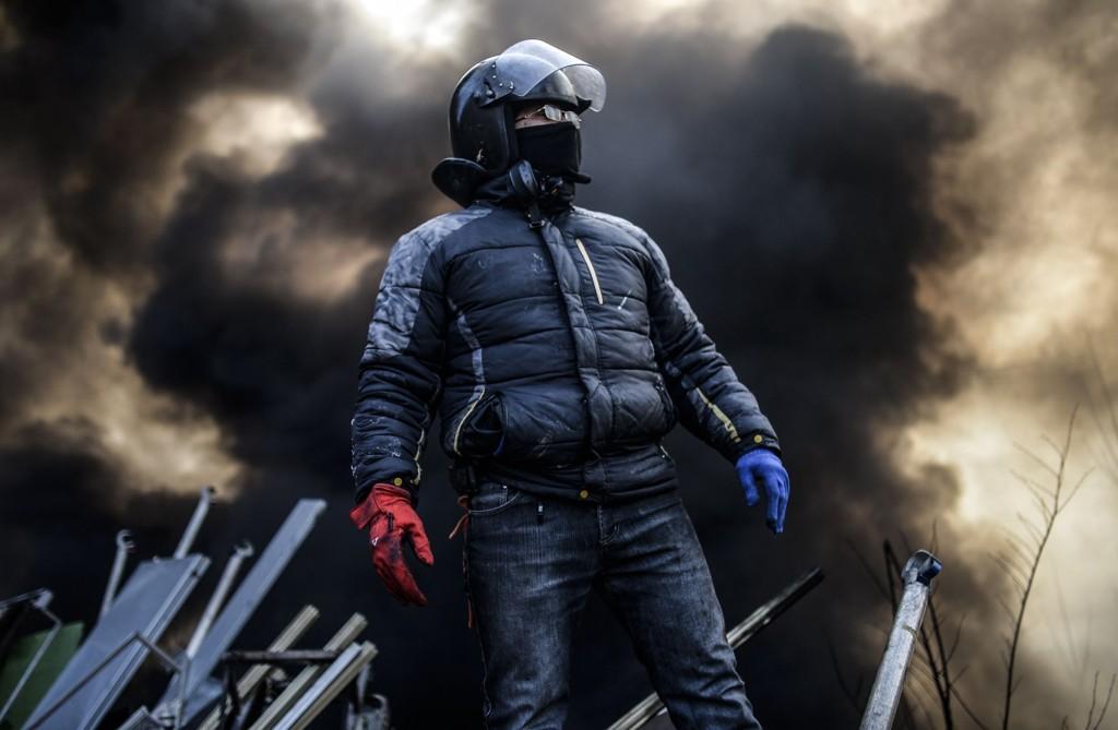 En demonstrant avbildet på Uavhengighetsplassen i Kiev tidlig fredag.