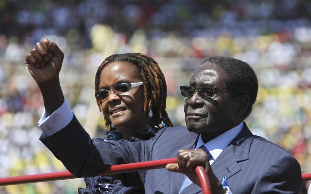 Mugabe er nok en gang valgt til president i Zimbabwe, ved hjelp av fusk og trakassering. Her er han sammen med konta Grace på vei til innsettelsesseremonien i august i fjor. Presidentperioden går ut når Mugabe er 94 år.