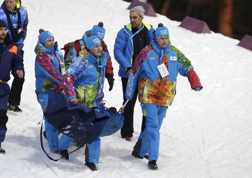 Marie-Laure Brunet blir båret ned til stadion etter kollapsen i bakken.