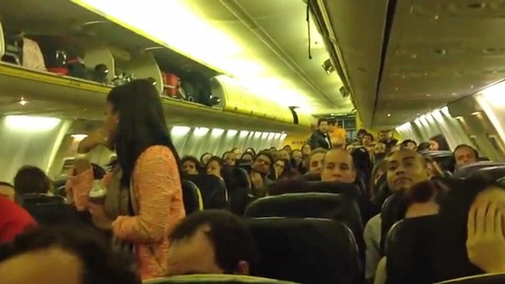 Ryanair-passasjerene måtte sitte over tre timer inne i flyet, uten tilgang til mat og vann hevdes det.