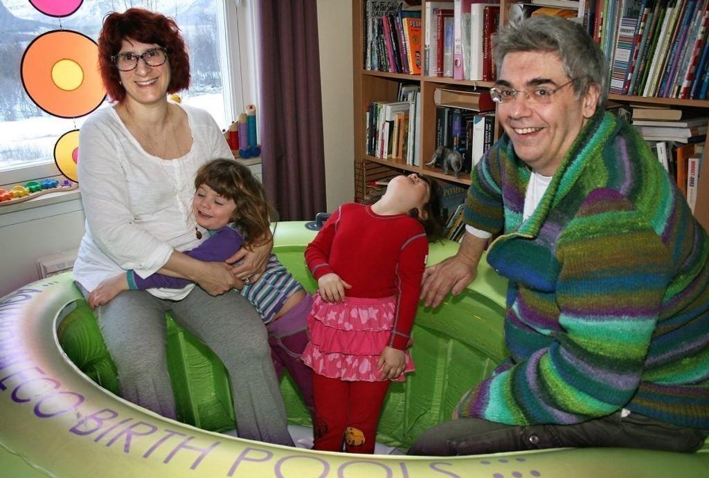FØDEBASSENG: Greta Brancaleoni og Italo Profeti viser fram fødebassenget de gjør klart hjemme i stua til den forestående fødselen,her sammen med døtrene Aurora og Giulia som også begge er født hjemme.