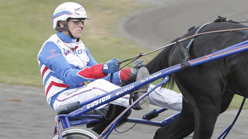 Ove A Lindqvist kjører outsideren Opera C Viking i V4-3. Foto: hesteguiden.com