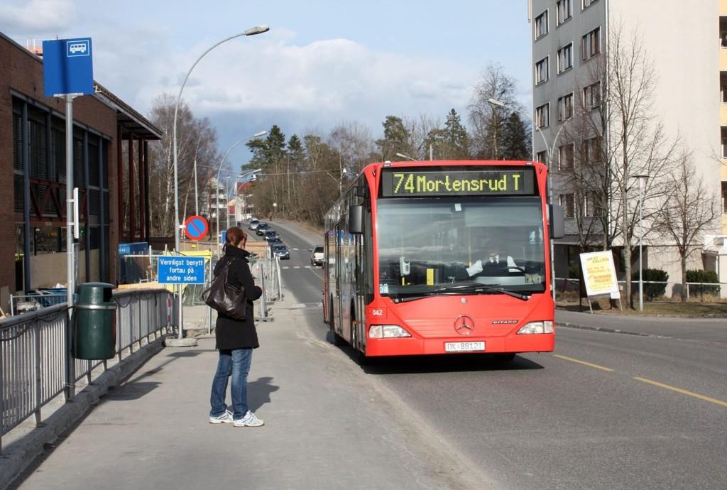 STOPPER HER: Lambertseter t-bane blir midlertidig stoppested for 74 bussen lørdag og søndag.