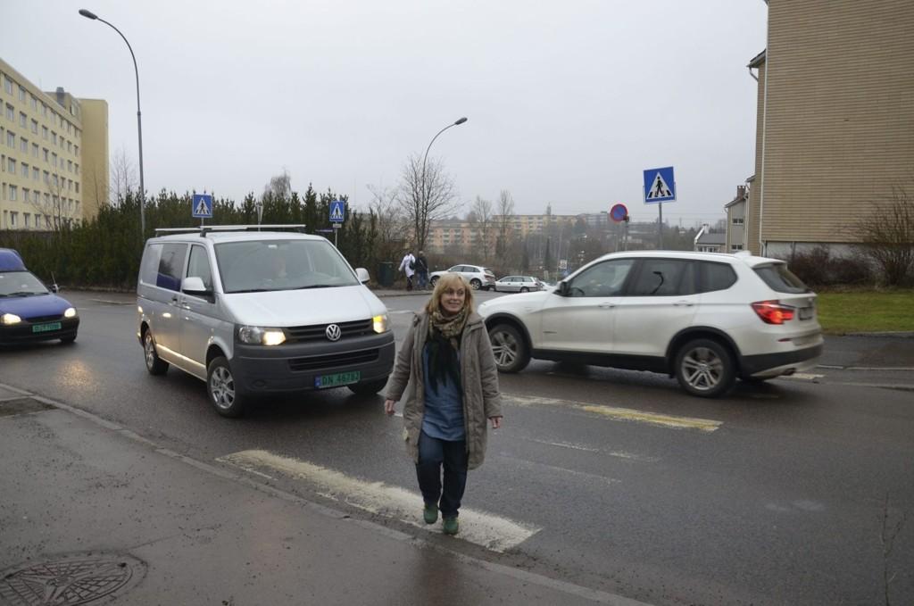 FORNØYD: Britt Inglingstad (V) leder den politiske komiteen i Østensjø som behandler trafikksaker. Hun er fornøyd med tiltakene som nå foreslås for å dempe farten på bydelens veier. Foto: Nina Schyberg Olsen
