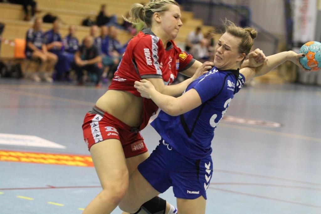 SLO TIL: 17-åringen Frida Nåmo Rønning plaget landslagsspiller Mari Molid og Levanger i hele kampen.