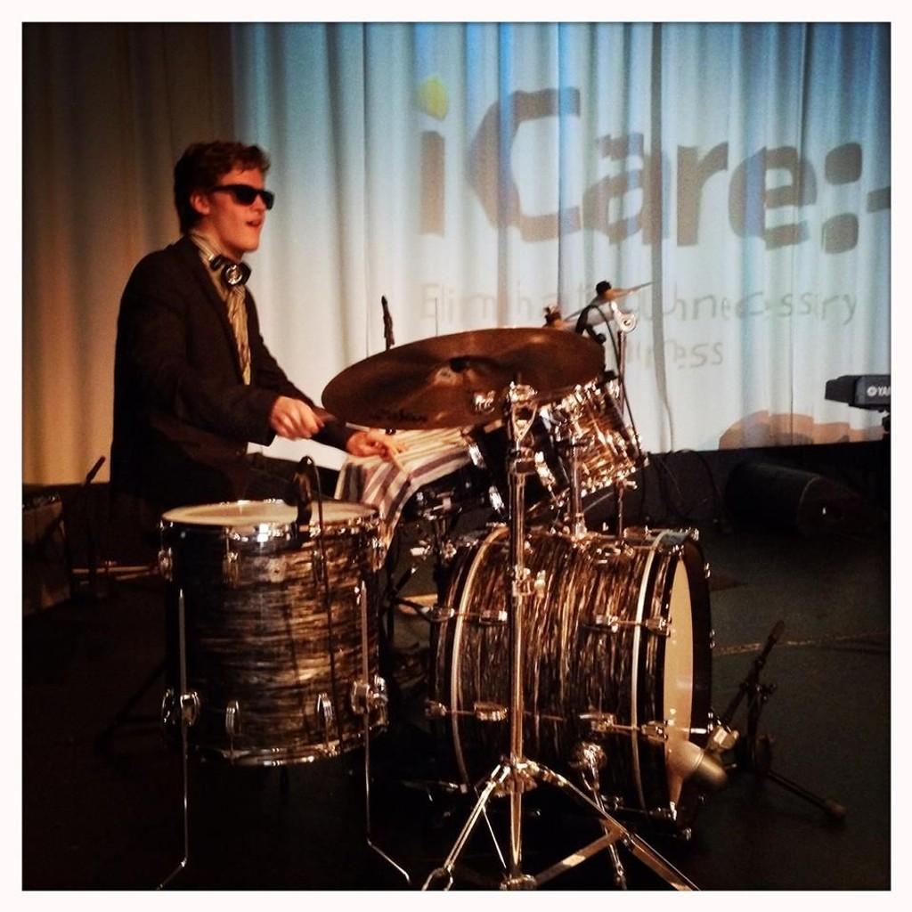 Axel Røthe med det han trives best; musikken. Her spiller han trommer under lanseringen av iCare, Blindeforbundets aksjon for å bekjempe unødvendig blindhet i fattige deler av verden.