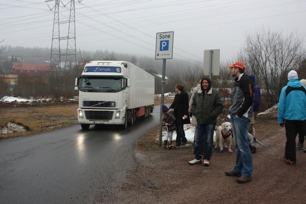 Torsdag ettermiddag kjørte en av de siste trailerne ut fra utfartsparkeringsplassen på Ellingsrud. Før helgen vil det være skiltet slik at de ikke kan parkere her – til stor glede for lokalbefolkningen.