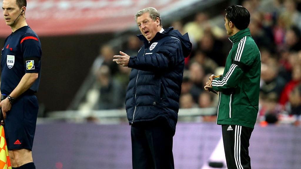 SLÅR TILBAKE: Roy Hodgson rister på hodet av danskenes landslagssjef. Foto: Stephen Pond / Pa Photos