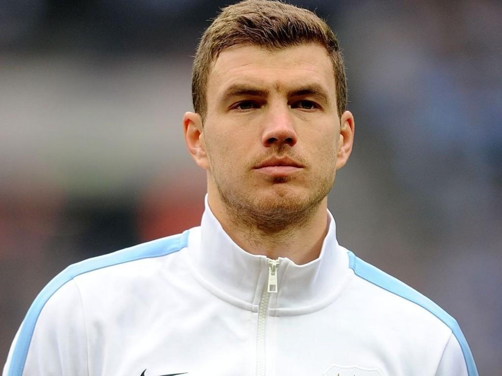 LANGER UT: Edin Dzeko er misfornøyd med at han måtte spille 90 minutter, med skade mot Egypt. Han liker heller ikke å bli pepet på av egne fans.