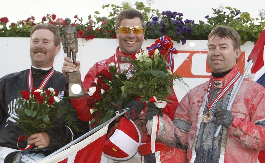 Birger Jørgensen (i midten av bildet) er svært sentral i V65-løpene på Odense travbane i Danmark lørdag kveld.