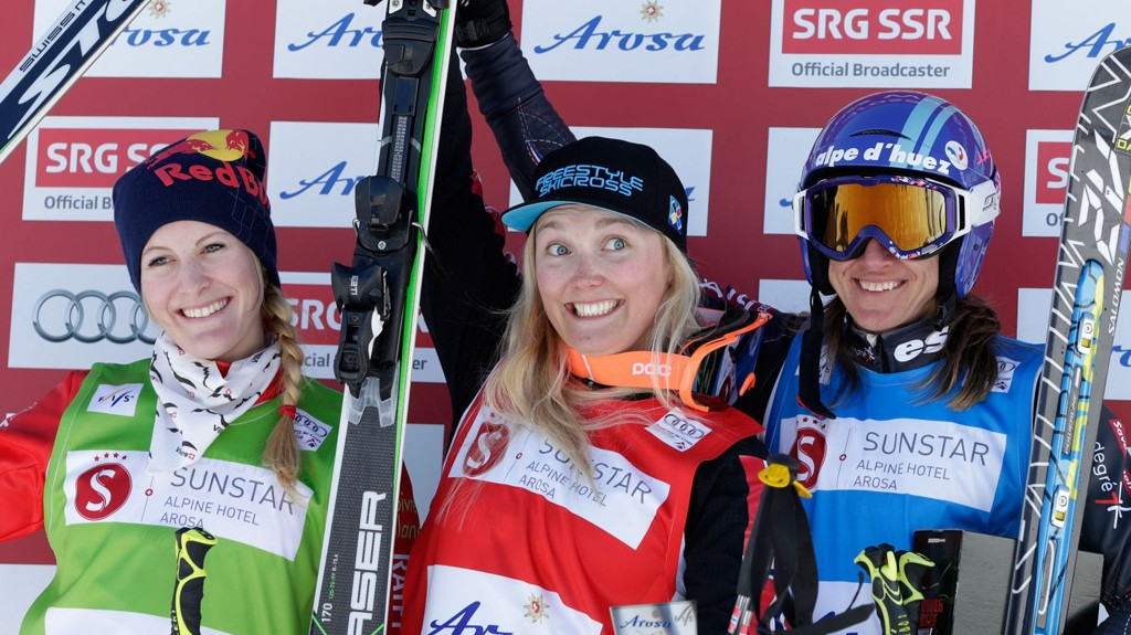 I SENTRUM: Marte Høie Gjefsen ble flankert av Fanny Smith fra Sveits (til venstre) og Ophelie David (til høyre) fra Frankrike på seierspallen.