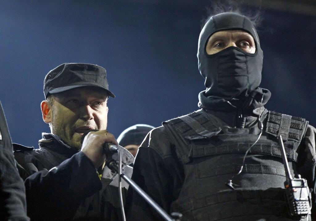 AMBISJONER: Dmytro Jarosj (til venstre) under et folkemøte på Maidan-plassen i Kiev 21. februar i år. Lederen for partiet Høyre sektor, varsler nå at han sikter mot å bli president.
