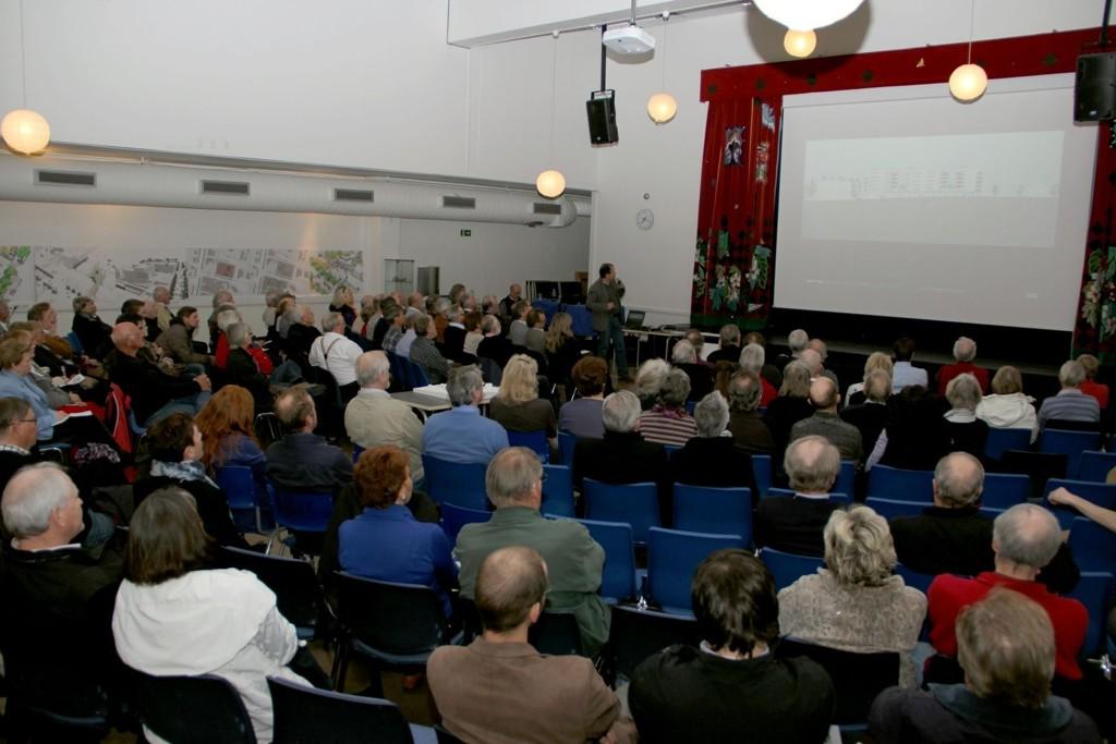 Interessen for utvikling av Røa er stor. På møte vedrørende utvikling av Røa sentrum og Samfunnshus Vest i 2012 møtte cirka 150 mennesker. Foto: Vidar Bakken