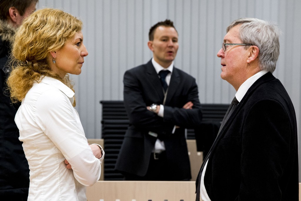 Statsadvokat Cecilie Schløsser Møller snakker med forsvarer Geir Hovland i Oslo tingrett mandag, hvor en mor står tiltalt for å ha drept datteren ved drukning. I bakgrunnen står hovedetterforsker Thomas Kvalnes.