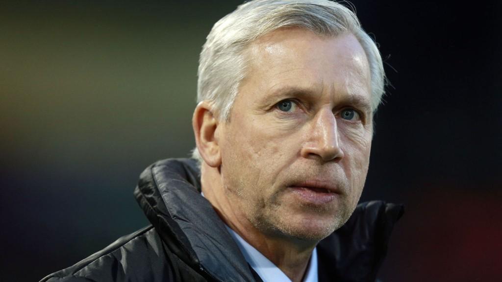 Alan Pardew får ikke engang se Newcastle fra tribunen mot Fulham lørdag. Her etter at han ble bortvist i kampen mot Hull.