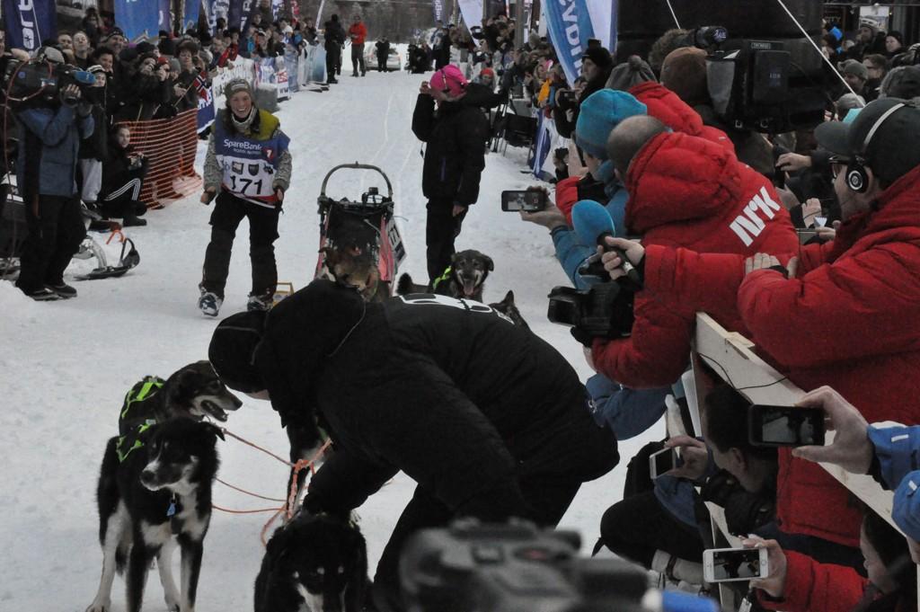 GLAD VINNER: Sigrid Ekran var meget glad da hun gikk av sleden for å takke sine hunder for en god innsats i sporet.