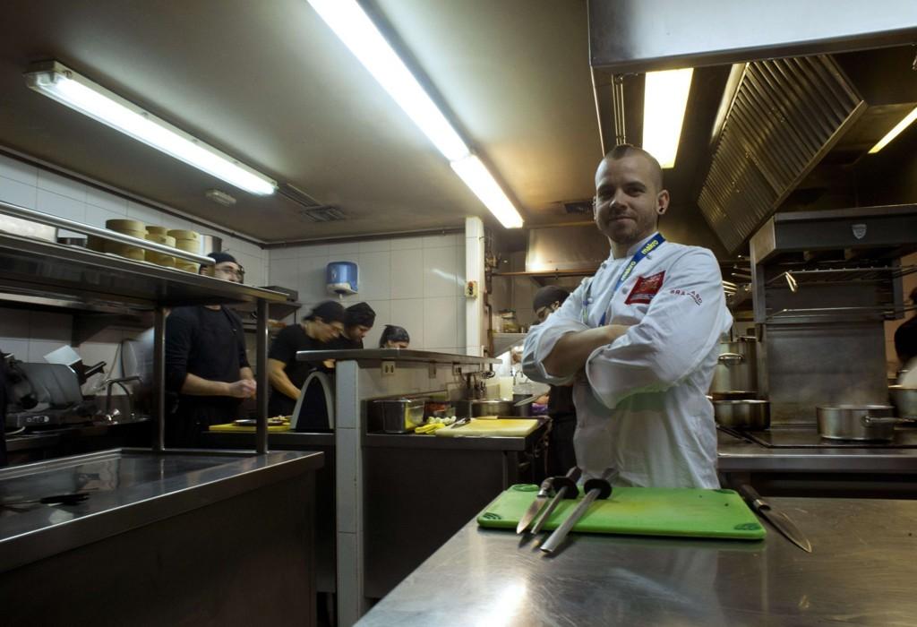 Den spanske kokken, David Munoz, poserer i son restaurant DiverXO i Madrid, som nå kan smykke seg med tre Michelin-stjerner.