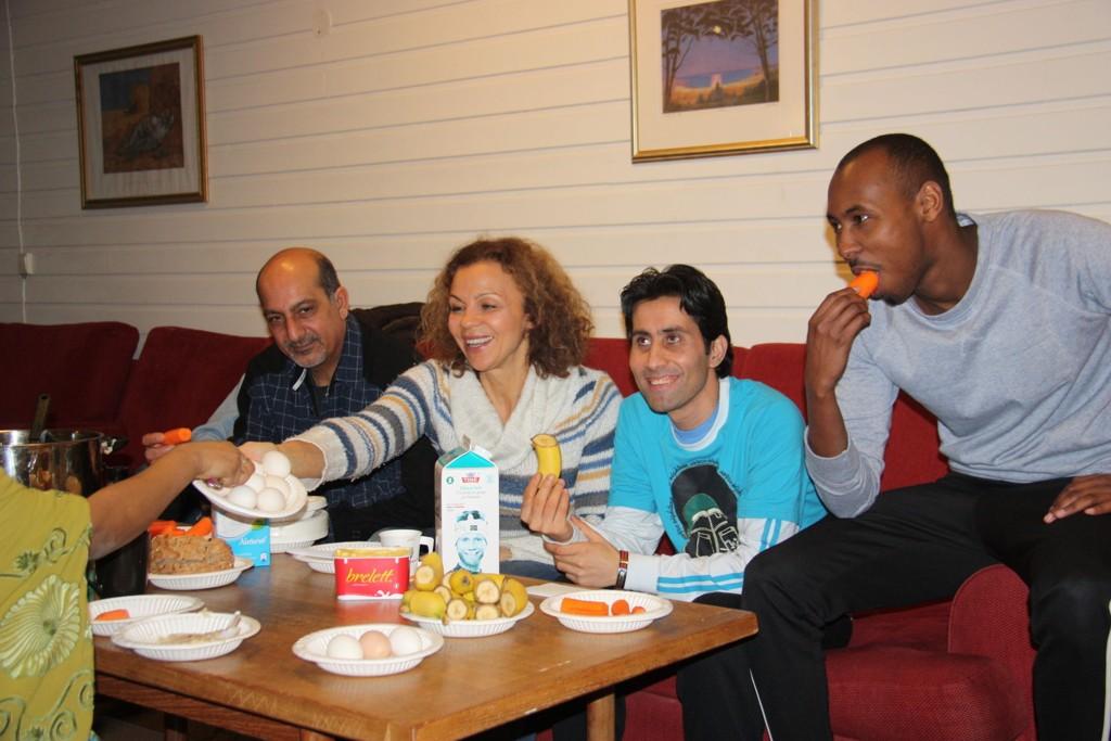 Kari Jaquesson tilbrakte to dager på asylmottaket i Ringsaker i Hedmark. Der lærte hun asylsøkerne om rimelig og næringsrik mat.Her spiser hun med noen av asylsøkerne.