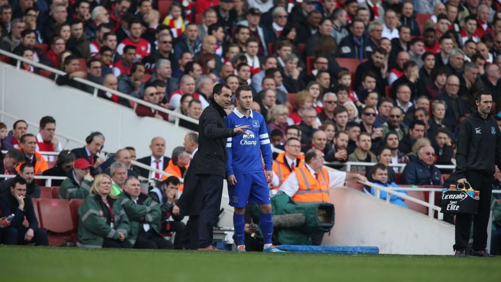 Everton er på etterskudd i jakten på topp fire-plassering, men manager Roberto Martinez øyner et håp etter at et par av rivalene er slått ut av europacupen.