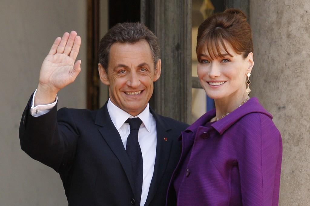 VANT I RETTEN: Daværende president Nicolas Sarkozy og kona Carla Bruni ved Elysee-palasset i Paris i 2008.