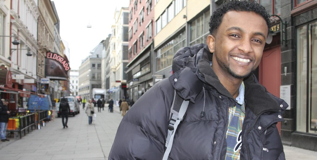 OPTIMIST: 28 -åringen Robel i Torggata i Oslo. – De første årene i Norge tok jeg bussen rundt omkring for å bli kjent med byen. Det gjør at Oslo ikke lenger er fremmed for meg, sier han. (Foto:Julie Messel)