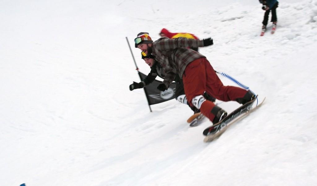 Snowskate er et slags skateboard med en ski under. Fredag kjempet nybegynnere og stjerner side om side i Oslo Vinterpark.