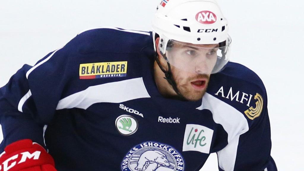 FORTSATT MED: Lokomotiv Jaroslavl og lagets norske backprofil, Jonas Holøs, knuste topprangerte Dinamo Moskva i den sjette åttedelsfinalen lørdag.