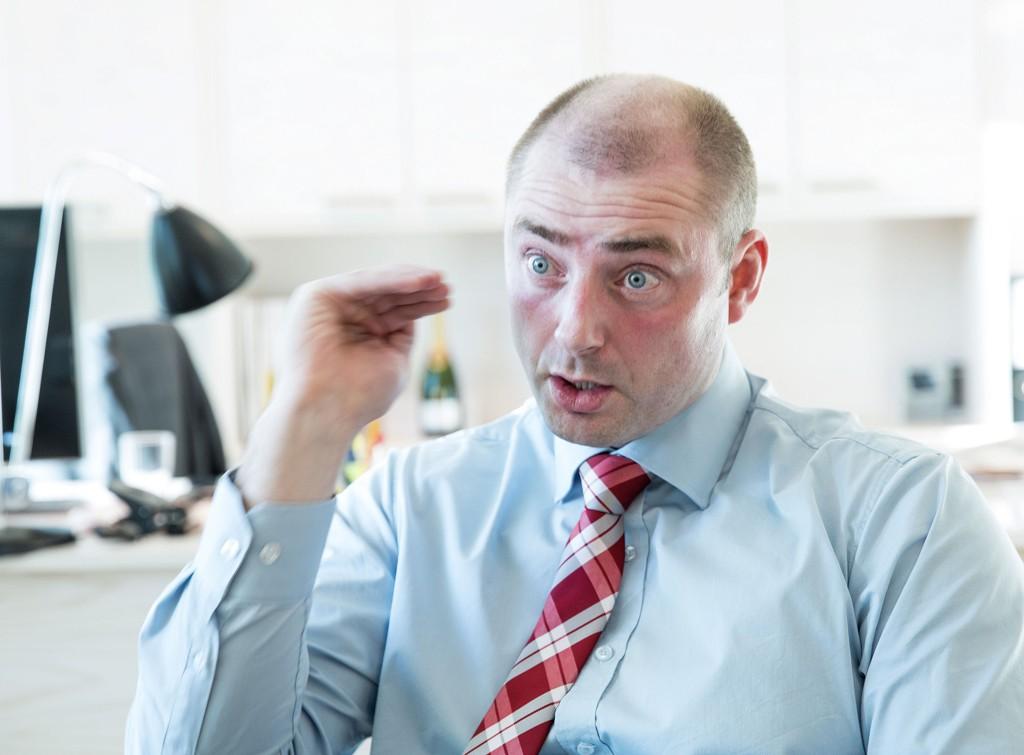 Arbeids- og sosialminister Robert Eriksson (Frp) under intervju på kontoret hans torsdag.