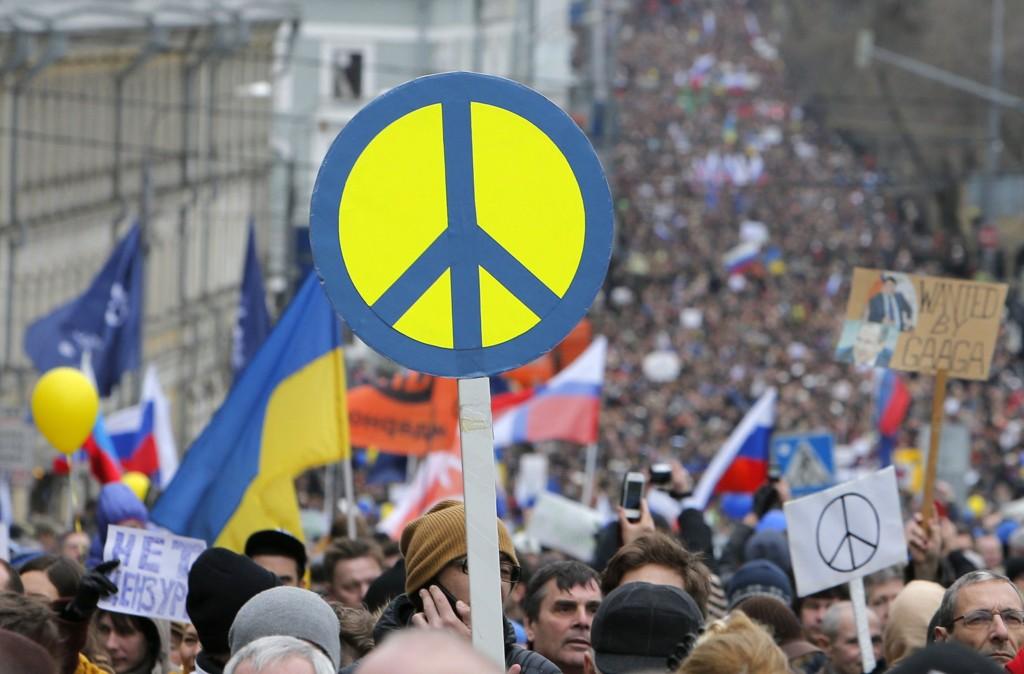 Anslagsvis 50.000 mennesker deltok i en demonstrasjon i Moskva lørdag mot Russlands militære inngripen på Krim-halvøya i Ukraina.
