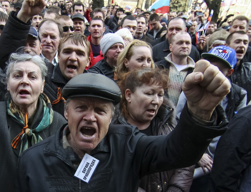 Pro-russiske demonstranter samlet seg lørdag i den østukrainske byen Donetsk. De krever en folkeavstemning lik den som søndag holdes på Krim-halvøya.