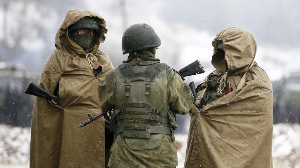 RUSSERE PÅ KRIM: Bevæpnede, trolig russiske, soldater står vakt utenfor militærbasen i Perevalnoye nær Simferopol 16. mars.