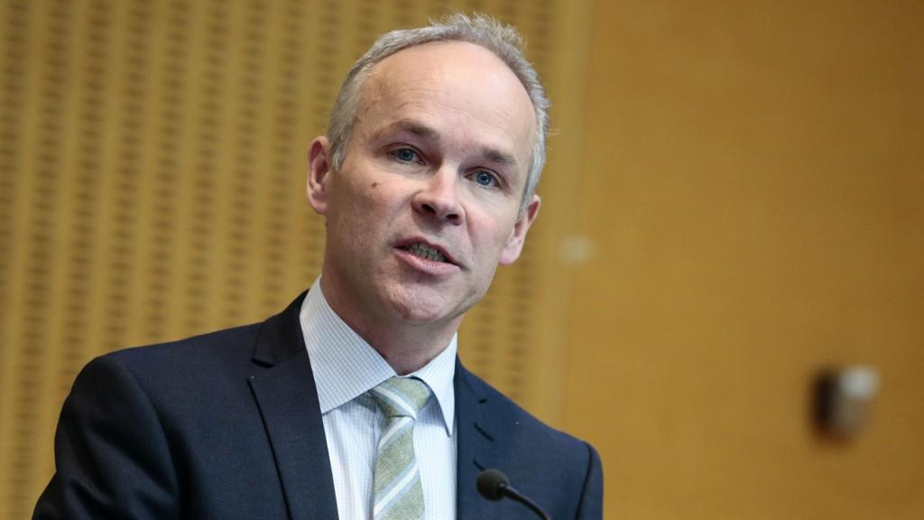 ANKLAGER SP: Kommunal- og moderniseringsminister Jan Tore Sanner mener Sps Trygve Slagsvold Vedum setter i gang et uverdig politisk spill.