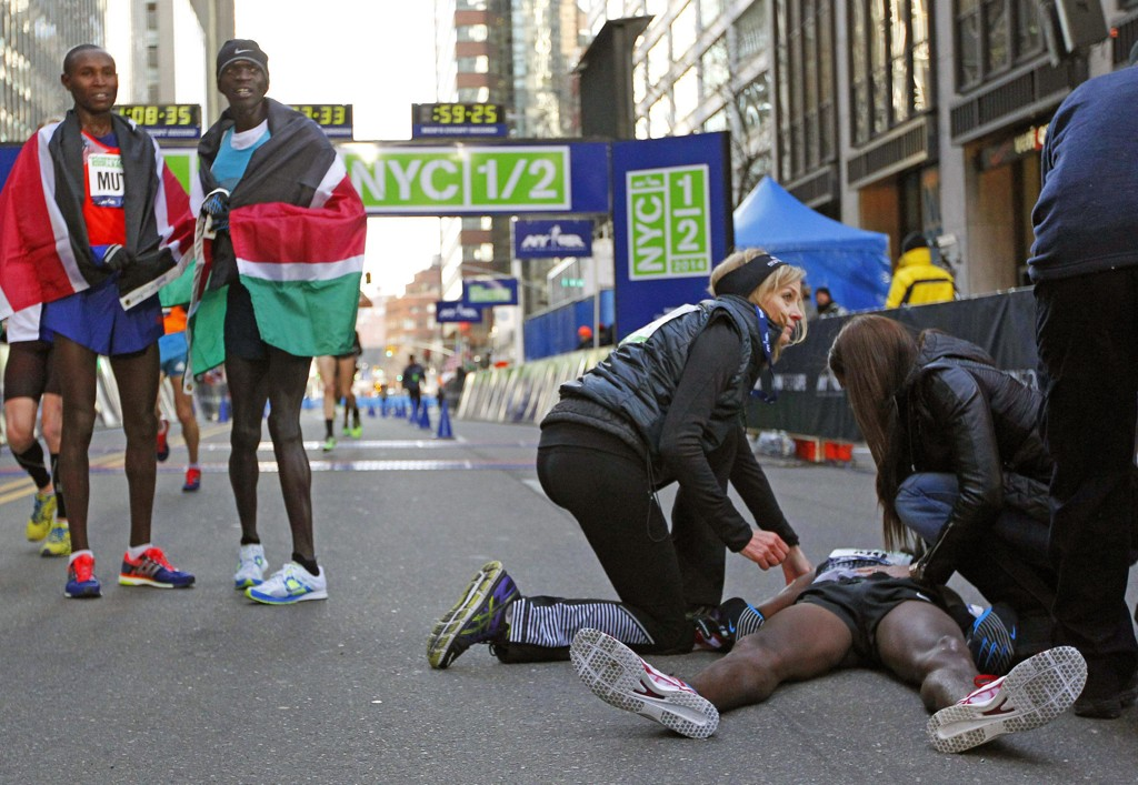 HELT UTMATTET: Mo Farah (liggende) kollapset etter målgang i New York Marathon.