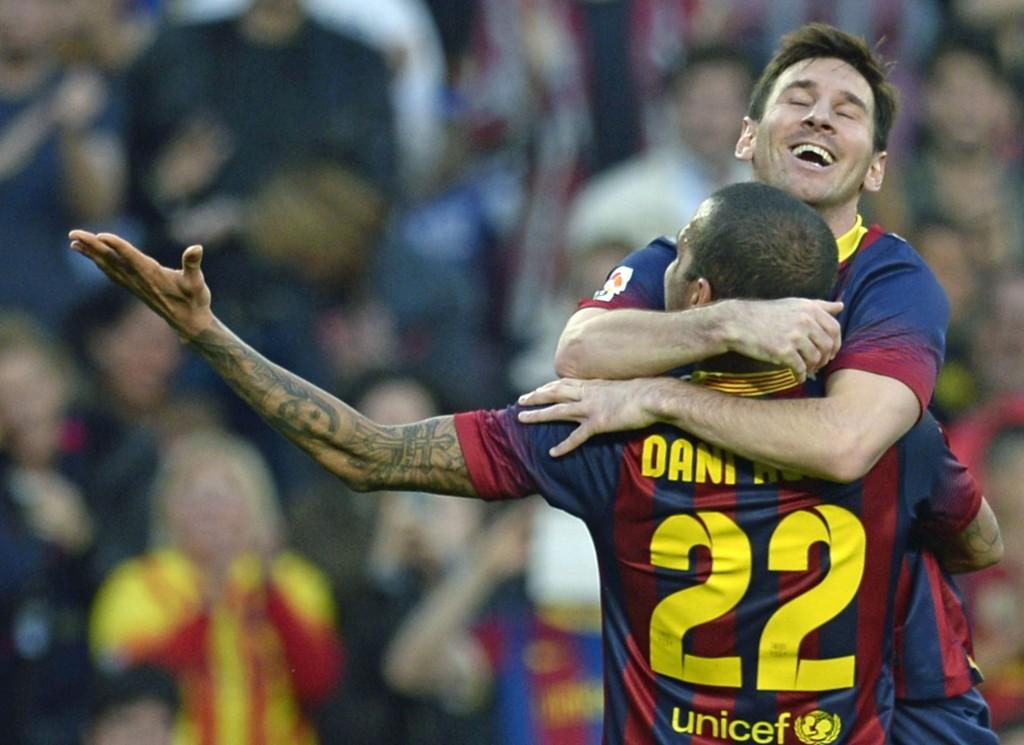 ENVEISKJØRT: Lionel Messi og Dani Alves feirer bare én av mange scoringer mot Osasuna.