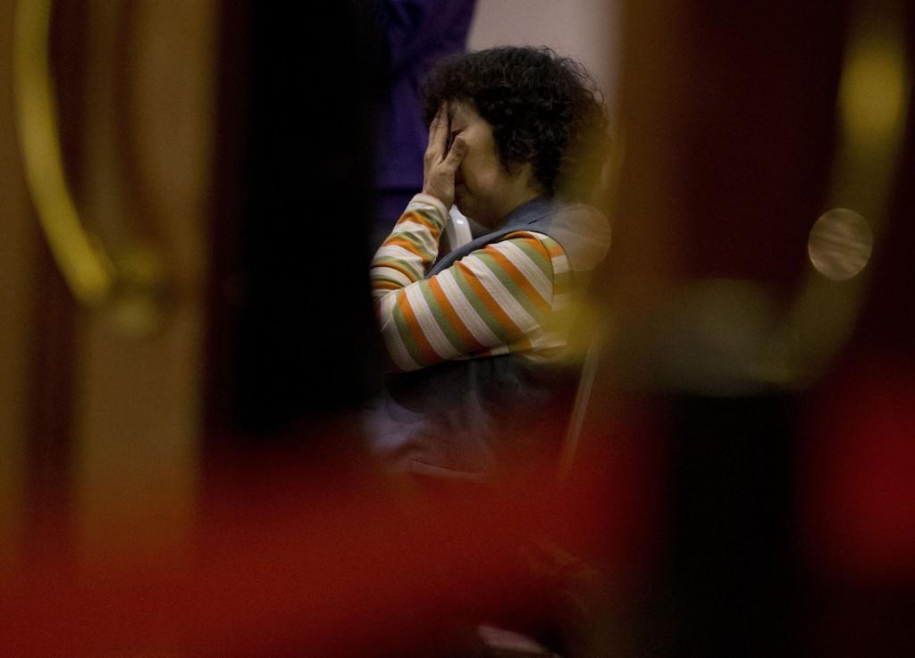 VENTER PÅ SVAR: En slektning til en av de savnede passasjerene venter på nyheter før en pressebrifing tirsdag.