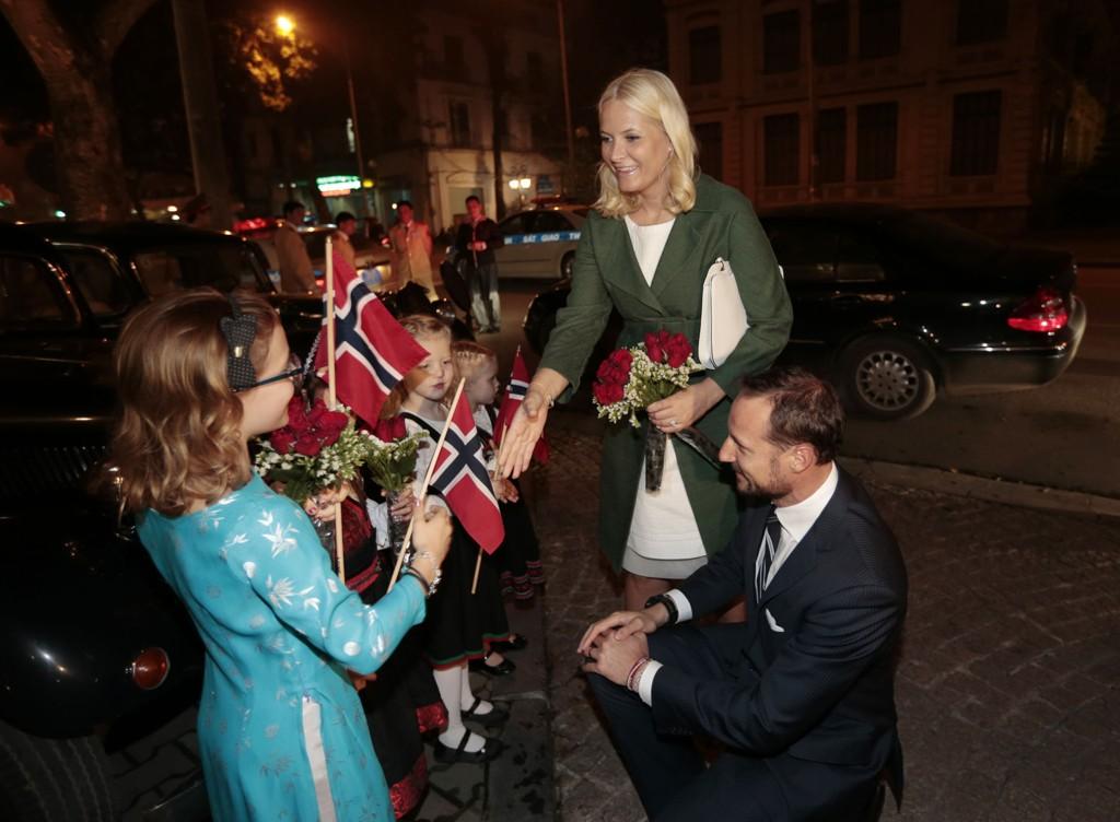 Kronprins Haakon og kronprinsesse Mette-Marit blir møtt av Rebacca Brennen (10 år i dag), Margrethe Kirkby-Garstad (8), Hedda Archer (6) og Selma Archer (4) under ankomsten på Hotel Metropole i Hanoi, Vietnam tirsdag kveld i forbindelse med det offisielle besøket 18-21 mars.