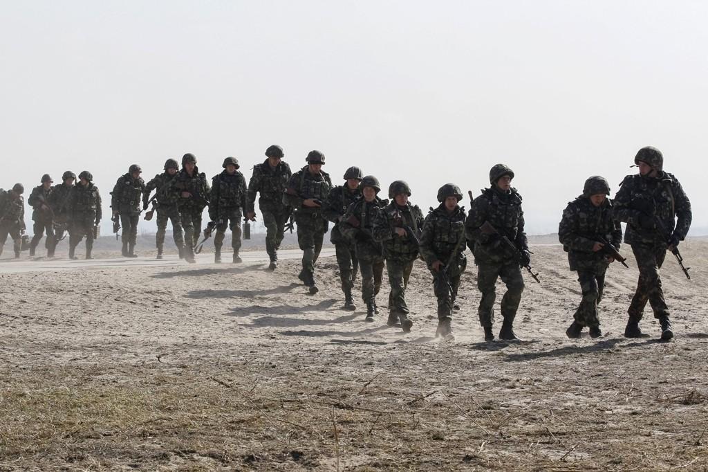 FÅR GRØNT LYS: Ukrainske soldater deltar i en militærøvelse i Gontsjarivske i forrige uke. Tirsdag får soldater på Krim grønt lys til å skyte.