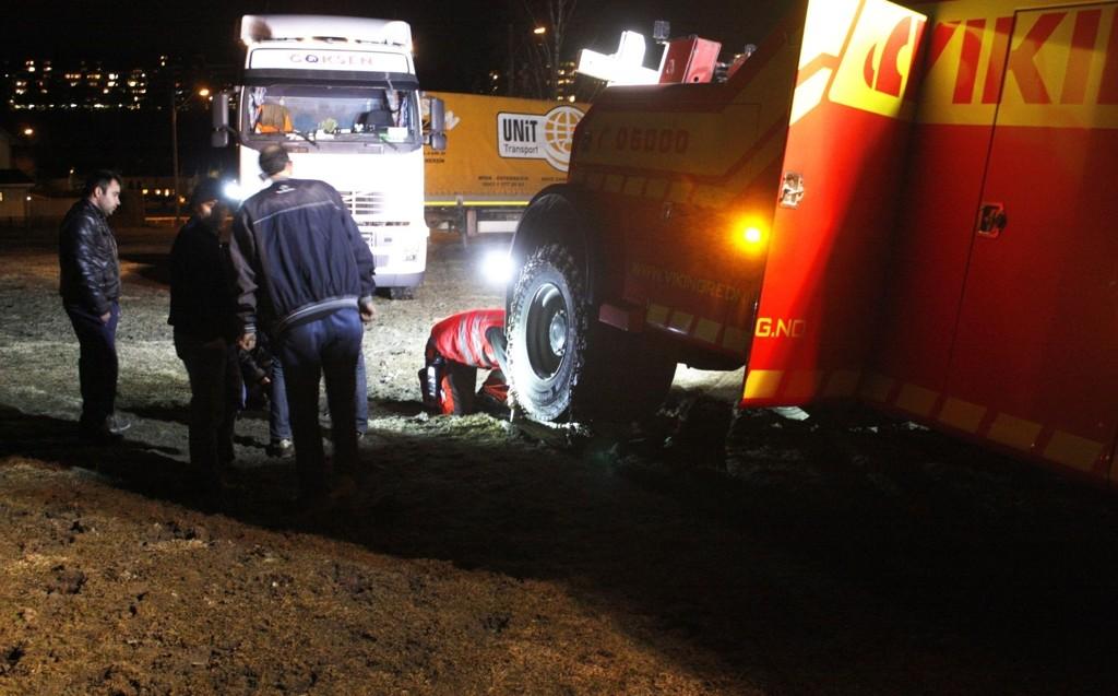 SATTE SEG FAST: En stor, polsk trailer satte seg tirsdag kveld fast på jordet utenfor Ellingsrud gård. Så bløtt og sleipt var det at Vikingbilen også fikk problemer.